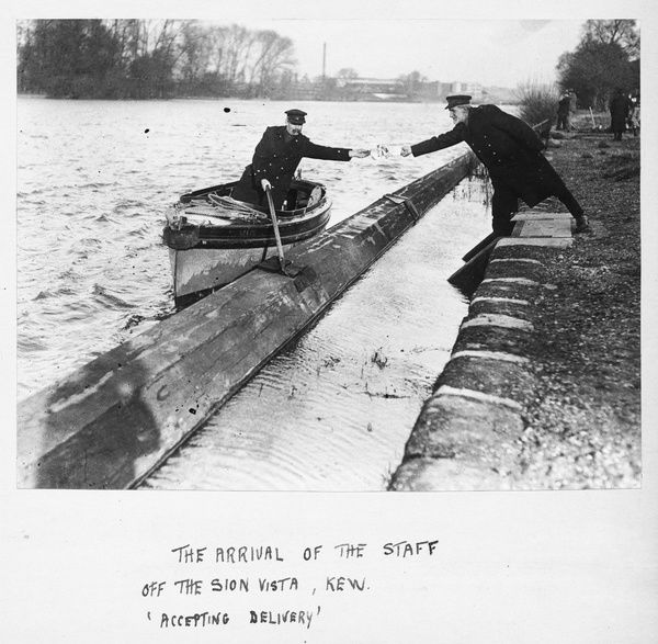 The arrival of the flagstaff off the Sion Vista, Kew, circa 1916. © RBG KEW