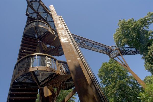 Rhizotron and Xstrata Treetop walkway. © RBG KEW